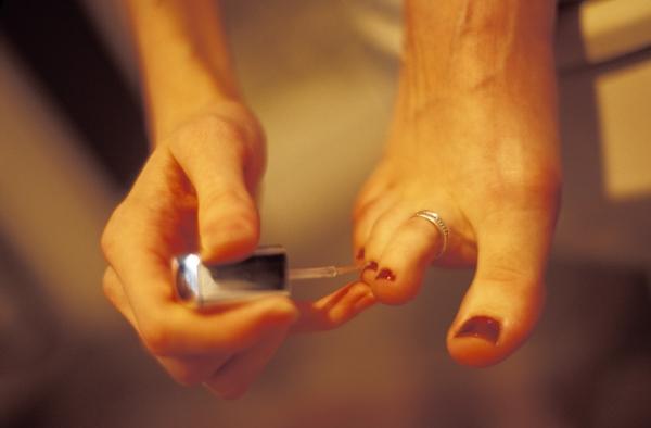 Les ongles sont une production de la couche superficielle de la peau,  l\u0027épiderme. Ils sont formés de kératine dure translucides, et des lipides  et de l\u0027eau.