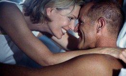 couple homme femme sourire embrassade