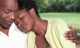 couple-noir-embrassade-emotion